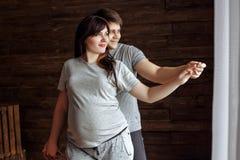 新爱恋的夫妇 怀孕的女孩 免版税库存图片