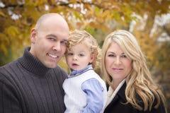 新父项和儿童纵向在公园 库存照片