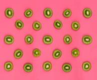 新猕猴桃切片的五颜六色的果子样式在桃红色背景的 库存图片