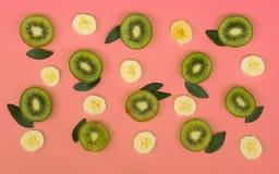 新猕猴桃和香蕉切片的五颜六色的果子样式在桃红色背景的 免版税库存图片