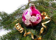 新球的圣诞节ornamen红色s结构树年 库存图片