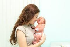 新生儿和妈妈在一家产科医院 免版税库存照片