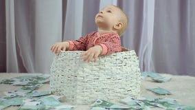新生儿在他看起来金钱跌倒 影视素材