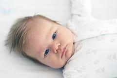 新生儿在床上的托儿所在 库存照片