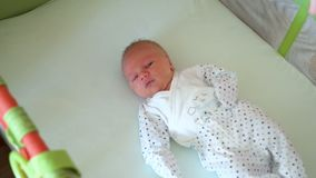 新生儿是在小儿床 影视素材