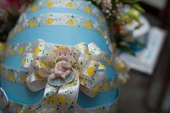 新生儿的礼物盒,新出生的男孩的当前箱子,为babyboy提出 免版税图库摄影