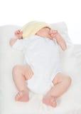 新生儿睡觉在她的o的女婴 免版税库存照片