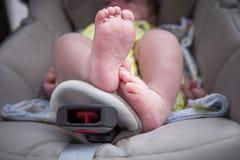 新生儿脚在我大小微型汽车位子 免版税库存照片