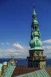 从新生城堡克伦堡屋顶的看法向赫尔辛堡cit 免版税库存图片