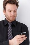 新生意人纵向与移动电话的 免版税库存照片