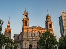 新生教会在日落期间的街市华沙 库存图片