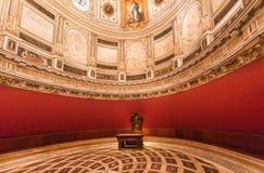 新生牧师会礼堂的样式圆顶在16世纪塞维利亚大教堂里面的有金黄装饰的 免版税库存照片