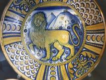 从新生的古老陶瓷瓦器盘 免版税图库摄影