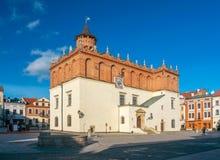 新生老镇集市广场的城镇厅风景看法在Tarnow,波兰 库存照片