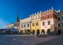 新生老镇集市广场的经济公寓住宅风景看法在Tarnow,波兰 免版税库存图片