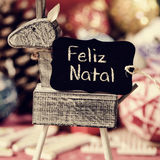 新生驯鹿和文本的feliz,圣诞快乐用葡萄牙语 免版税库存图片