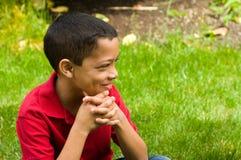 新男孩在庭院里。   库存照片