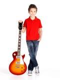 新男孩纵向有一把电吉他的 库存照片