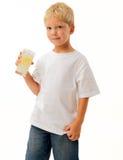 新男孩饮用的柠檬水 免版税库存图片