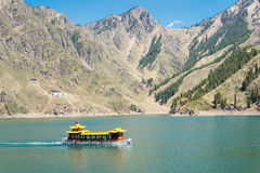 新疆,中国- 2015年5月09日:Heaven湖天狮单(天池) 图库摄影