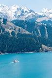 新疆,中国- 2015年5月09日:Heaven湖天狮单(天池) 库存图片