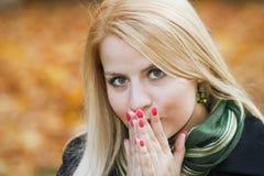 新白肤金发的女孩感觉寒冷 免版税图库摄影