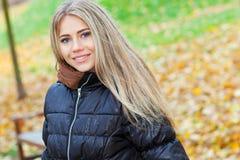 新白肤金发的妇女在秋天 库存照片