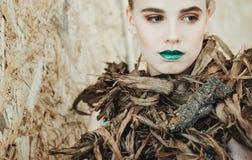 新白肤金发的妇女方式纵向 有绿色嘴唇的美丽的女孩 概念自然 库存图片