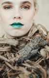 新白肤金发的妇女方式纵向 有绿色嘴唇的美丽的女孩 概念自然 免版税库存图片