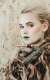 新白肤金发的妇女方式纵向 有绿色嘴唇的美丽的女孩 概念自然 库存照片