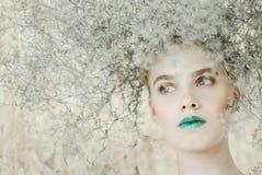 新白肤金发的妇女方式纵向 有绿色嘴唇的美丽的女孩 概念自然 免版税库存照片