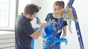 新的不动产的概念 年轻加上猫绘画和整修一间屋子在他们的新房里 股票录像
