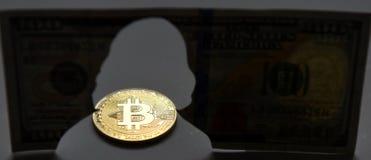 新的世界货币 Bitcoin Benja金币和剪影  库存照片