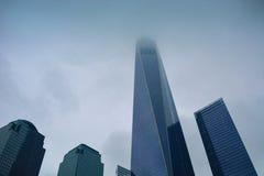 新的世界贸易中心在纽约在有雾的天 免版税库存图片