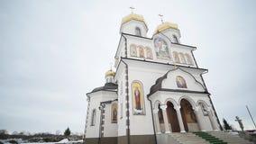 新的东正教在有白色墙壁和金黄圆顶的乌克兰 股票录像