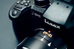 新的乐声牌Lumix GH5和莱克12-60摄象机镜头 免版税库存图片