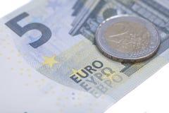 新的五欧元钞票末端欧元硬币 库存照片
