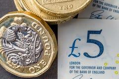 新的五纯正的磅笔记和一1英镑硬币 库存图片
