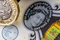 新的五纯正的磅笔记和一1英镑硬币 免版税库存照片