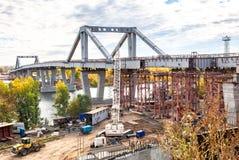 新的伏龙芝城桥梁的建筑横跨翼果河的 库存照片