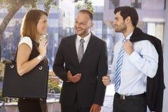 介绍新的伙伴的商人给同事 免版税库存图片