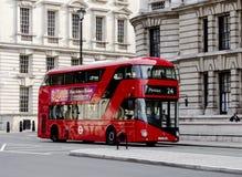 新的伦敦公共汽车 免版税库存照片
