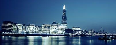 新的伦敦市政厅全景在晚上 免版税图库摄影