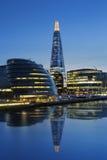 新的伦敦市政厅在夜之前 免版税库存图片