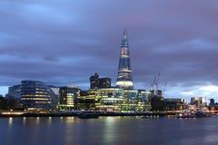 新的伦敦市政厅在晚上 免版税图库摄影