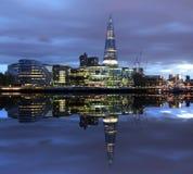新的伦敦市政厅在晚上 库存图片