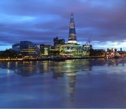 新的伦敦市政厅在晚上 免版税库存图片