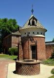 新的伯尔尼, NC :1770 Tryon宫殿鸽房&井 免版税图库摄影