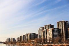 新的住宅区与一个好环境的愉快的家庭生活在湖附近 免版税库存照片