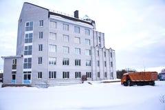 新的住宅复合体在冬天 免版税库存图片